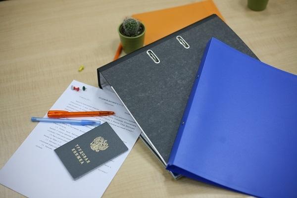 Выдача трудовой книжки при увольнении по ТК РФ: сроки возврата книжки